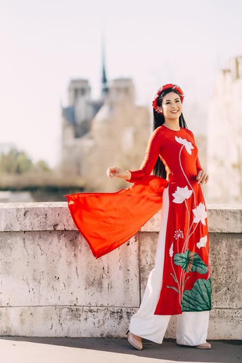 Họ tiết ho sen trắng và lá senxnh nổi bật trên tà áo dài đỏ. Mỗi thiết kế được tạo r đều là quá trình tâm huyết và sáng tạo củ NTK, mng đến sự quyến rũ nhưng vẫn kín đáo cho cô dâu Á đông.