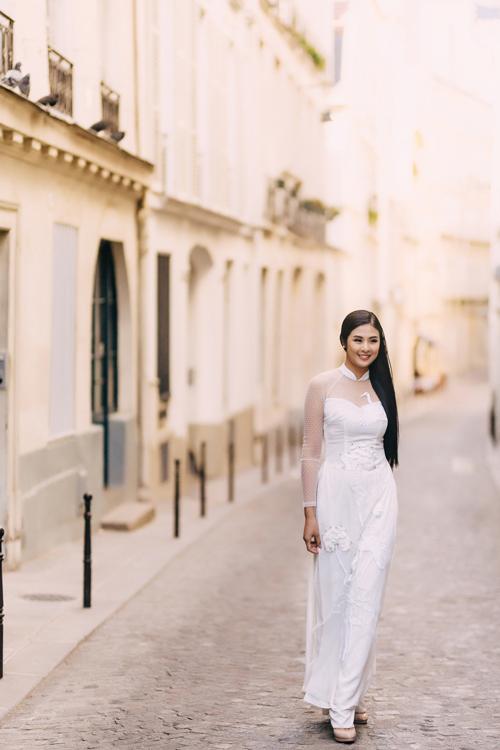 Thiết kế cổ hi trong mộtthể hiện việcbắt kịp xu hướng thời trng cưới hiện đạicủ NTK. Lớp vải von xuyên thấu ở cổ, ty áo gợi vẻ quyến rũ củ tân nương mà không làm mất đi sự duyên dáng.