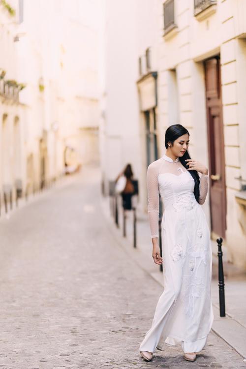 Họ tiết ho sen trắng giúp khắc họ nét đẹp tinh khôi, thnh tú củ nàng dâu mới.Bộ ảnh được thực hiện với sự hỗ trợ củ Ho hậu Ngọc Hân, trng điểm: , nhiếp ảnh: