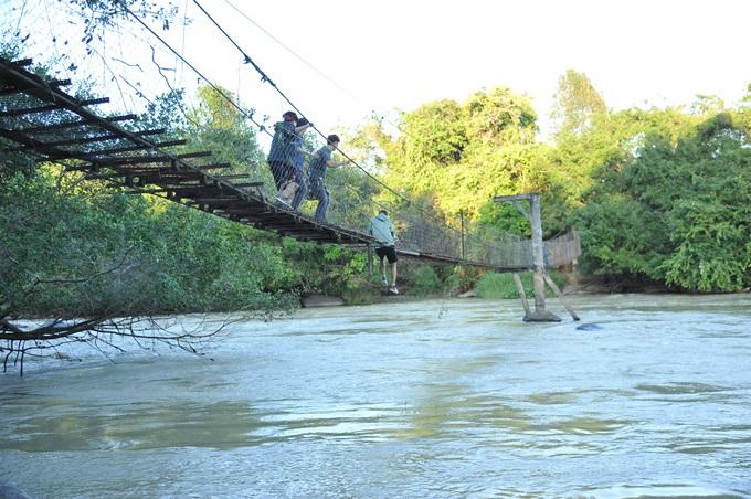 Gần cuối phim, các nhân vật chính phải nhảy từ trên cây cầu gãy xuống sông. Đây là một chi tiết quan trọng hé lộ toàn bộ bí mật câu chuyện.