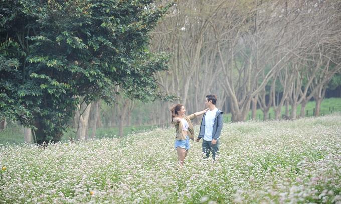 Ngoài các địa điểm gây ám ảnh, Lật mặt: Nhà có khách cũng tận dụng nhiều khung cảnh tự nhiên đẹp mắt, như cánh đồng hoa nơi Vy và Huân hẹn hò. Cuối phim, nhóm bạn thực hiện bộ ảnh cưới trên một vách núi cheo leo. Đó là một hình ảnh ấn tượng khép lại bộ phim.