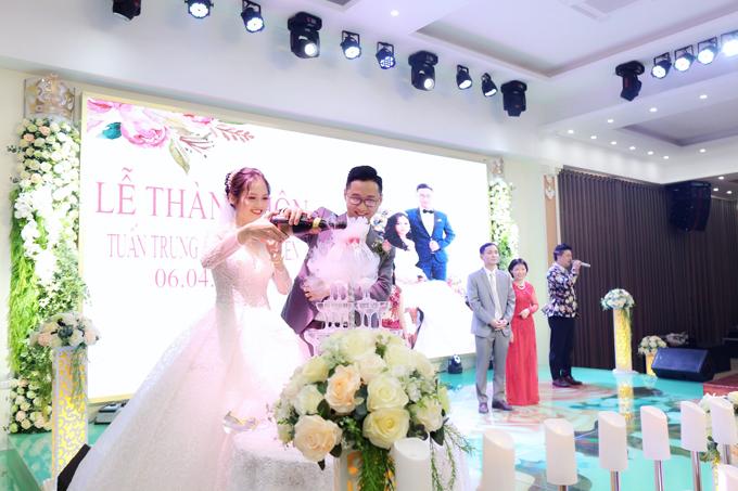 Vì hi bên gi đình, họ hàng đều góp sức giúp cô dâu chú rể nên uyên ương không gặp khó khăn nhiều khi chuẩn bị cưới.