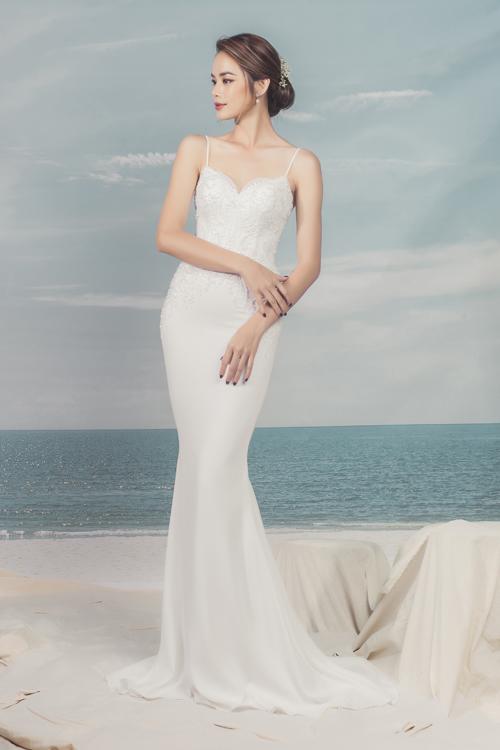 Váy hi dây đuôi cá có độ ôm sát, phô diễn đường cong gợi cảm củ cô dâu. Độ xòe nhẹ từ đầu gối giúp nàng dễ di chuyển trong hội trường tiệc cưới.