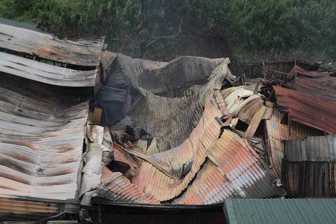 Các nhà xưởng bị cháy rộng chừng 1.000 m2, được xây tạm và quây kín xung quanh bằng tấm tôn.