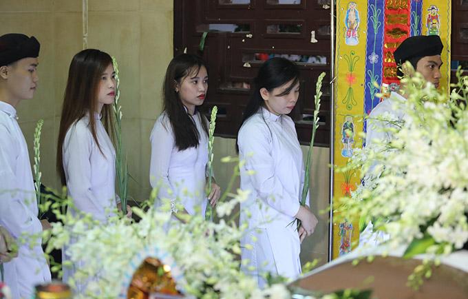 Khoảng 6h, lễ động quan di chuyển thi hài Anh Vũ về nơi an táng bắt đầu.
