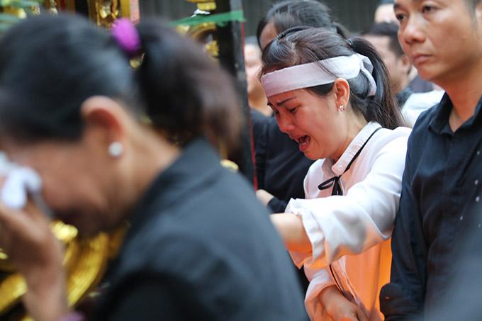 Người thân của Anh Vũ đau đớn khi linh cữu của anh được đưa khỏi chùa Ấn Quang để tới nghĩa trang chuẩn bị cho lễ an táng.
