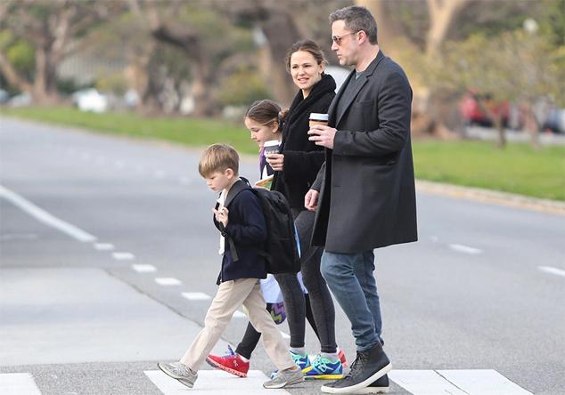 Ben cùng vợ cũ đi đón hai con ở trường học.