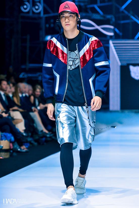Những chiếc áo phông trắng đính đá, áo bomber túi hộp ton-sur-ton kết hợp cùng quần jogger đen chắc chắn sẽ tạo nên bộ cánh thời trang thể thao hoàn hảo, vừa đơn giản vừaphóng khoáng.