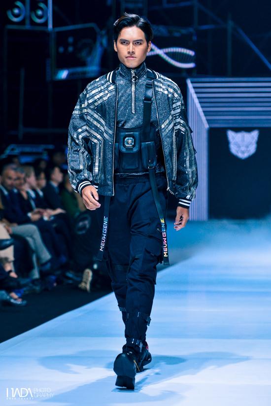 Chiếc áo vest đĩnh đạc, trịnh trọng quen thuộc được biến tấu bắt mắt hơn với chất liệu sequin, metallic óng ánh, hay những kiểu áo khoác hầm hố, đứng phom cũng được đính kim sa, nhằm phô diễn phong cách thời trang cá tính của các tín đồ sành điệu.