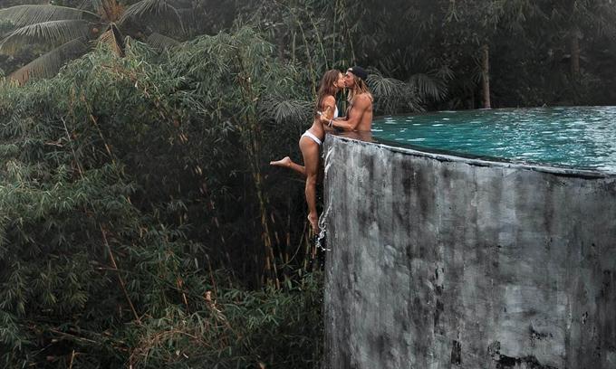 Bức ảnh đẹp nhưng mạo hiểm của cặp đôi bị nhiều người dùng mạng chỉ trích gay gắt. Ảnh: Instagram.