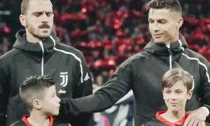 C. Ronaldo mỉm cười nựng cậu bé mascot