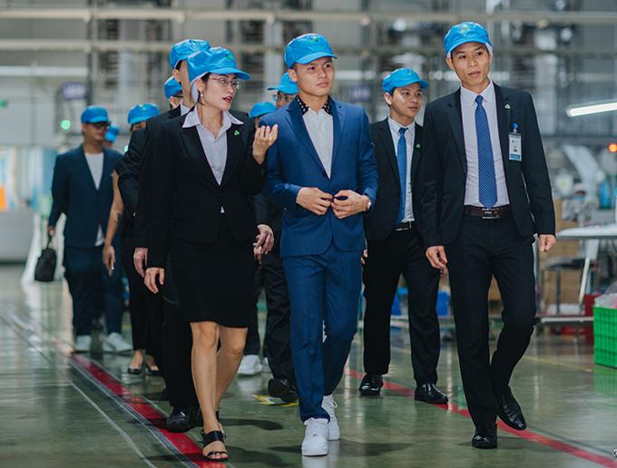 Quang Hải tham quan nơi làm việc của AnEco.