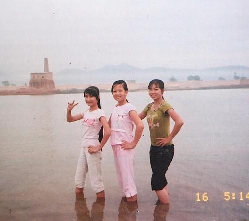 Bức ảnh thứ hai được chụp khi cô đi tắm sông cùng bạn bè khi học lớp 7( năm 2007).