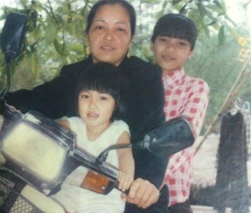 Hòa Minzy tên đầy đủ là Nguyễn Thị Hòa, sinh ra và lớn lên trong gia đình có năm chị em (bốn gái, một trai) tại Bắc Ninh. Bố mẹ cô là những người lao động thuần nông, gia đình không ai theo hoạt động nghệ thuật.Thuở nhỏ, giọng ca sinh năm 1995 có đôi mắt to tròn và gương mặt bầu bĩnh, đáng yêu. Hòa Minzy (váy trắng) chụp hình cùng mẹ và chị gái.