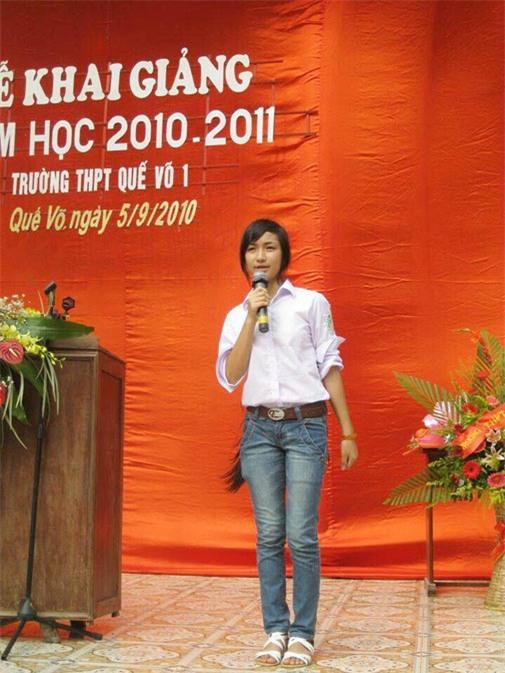 Hòa Minzy đam mê ca hát và bộc lộ năng khiếu từ nhỏ. Cô tham gia tích cực trong các hoạt động ca hát tại trường học. Bức ảnh chụp Hòa Minzy trong lễ khai giảng của trường THPT Quế Võ 1 năm 2010. Cô diện quần jeans kết hợp áo sơ mi trắng đồng phục, mái tóc đen dài.