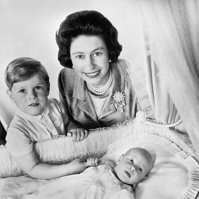 Nữ hoàng bên cạnh hai con trai,Hoàng tử Andrew (4 tuổi) và Hoàng tử mới sinh Edward, tháng 6/1964. Ảnh: PA.