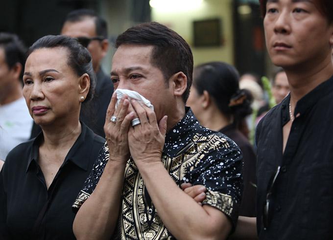 Nghệ sĩ Minh Nhí cố kìm nén tiếng khóc trong đám tang người bạn học, đồng nghiệp thân thiết một thời.