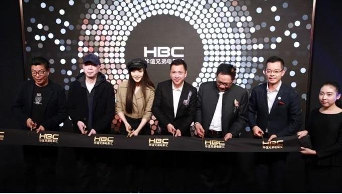 Phạm Băng Băng (thứ ba từ trái sang) cùng đoàn phim Điện thoại di động 2 ký kết hợp đồng đầu tư với đại diện công ty Hoa Nghị.