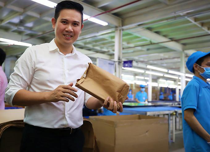 Tập đoàn Asanzo của bầu Tam đi tiên phong trong việc sử dụng túi giấy tái chế thay tủi nilon.