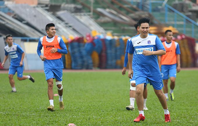 Bầu Tam tập luyện cùng các cầu thủ Than Quảng Ninh trước vòng 4 V-League 2019.
