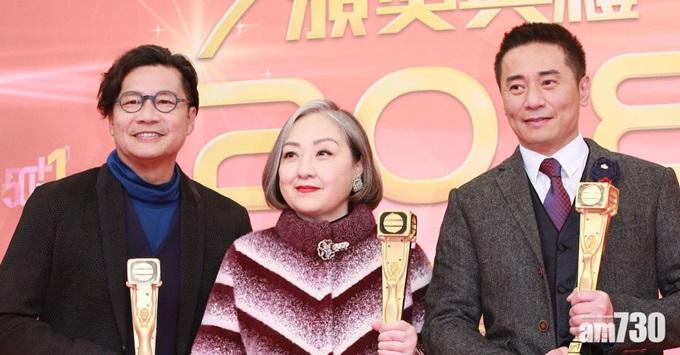 Trịnh Tử Thành (trái) nhận giải Cống hiếndo TVB trao cuối năm 2018 cùng Lư Uyển Nhân (giữa) và Âu Thoại Vỹ.