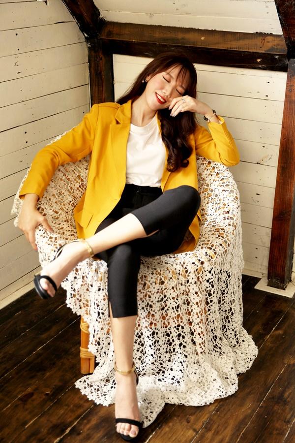 Luk Vân ưa chuộng vest cách tân màu vàng rực rỡ, kết hợp với set áo phông và quần tây.