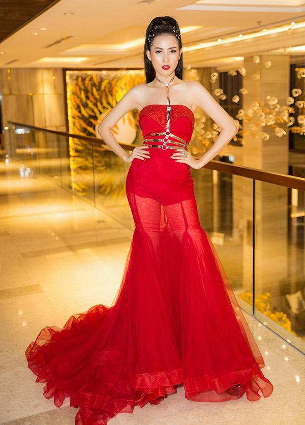 Phan Thị Mơ khoe vai trần gợi cảm khi diện thiết kế đỏ rực đi chấm thi ở Đà Nẵng.