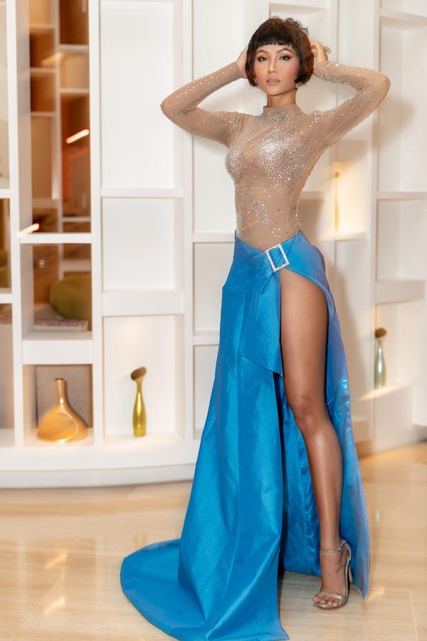trang phục được nhà thiết kế Nguyễn Tiến Truyển thực hiện riêng cho H'Hen Niê trong gần một tháng, bộ váy được đính đá phale rất công phu với tất cả phần thân áo, chân váy xếp theo dạng một mảnh vải được thắt ở eo, phần thân dưới chiếc váy mang màu xanh biển, được xẻ tà cao hết nấc, giúp H'Hen Niê khoe trọn vẹn đôi chân dài miên man của mình.