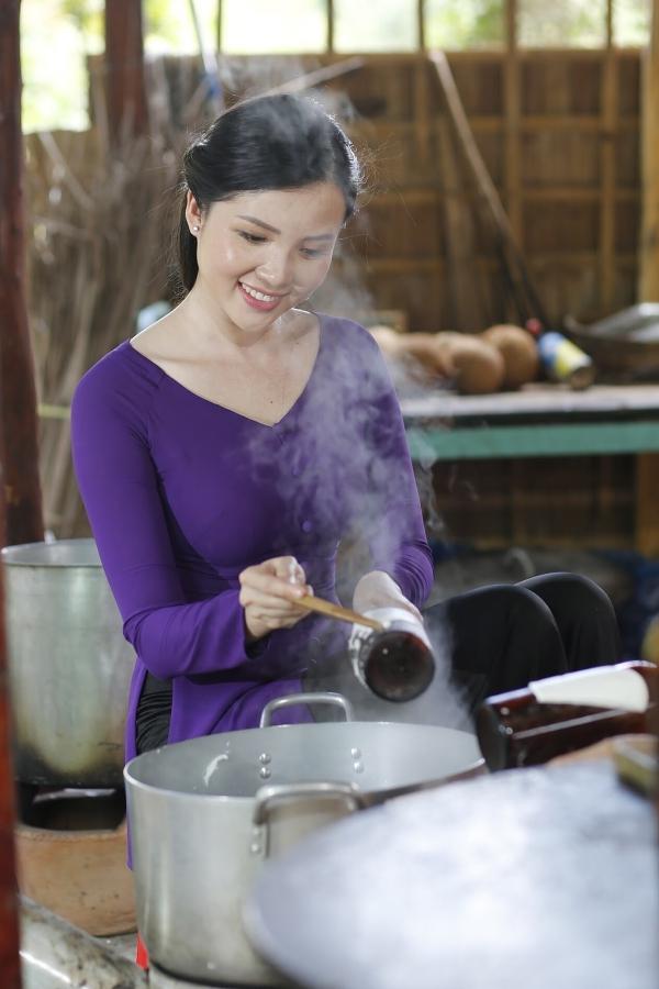Trong bộ ảnh quảng bá lễ hội, Hoa khôi Huỳnh Thúy Vi diện áo bà ba và trổ tài thực hiện các loại bánh đặc sản của miền Nam.