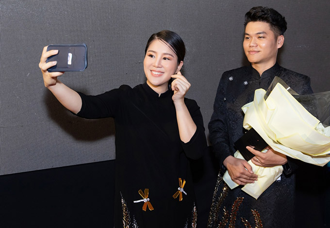 Diễn viên Gạo nếp gạo tẻ hào hứng bắn tim chụp ảnh selfie cùng chồng.