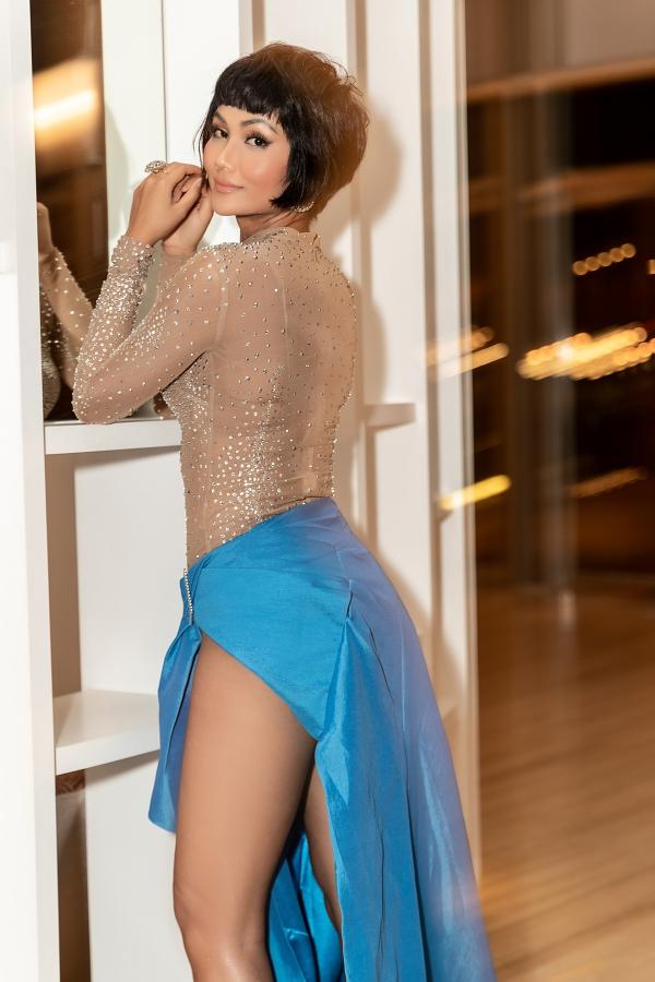 Phía sau chân váy được nhà thiết kế cố định tránh xảy ra sự cố khi HHen nghiêng người tạo dáng.