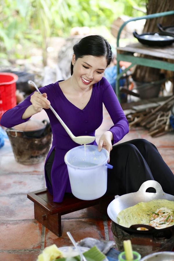 Thúy Vi yêu thích món bánh xèo kết hợp vỏ bánh giòn rụm, vị ngọt của tôm tươi và nhiều loại rau xanh tốt cho sức khỏe.