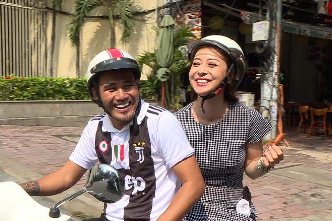 Sau bữa ăn sáng, Thanh Bình dùng xe máy chở Jennifer Phạm đến địa điểm tiếp theo.