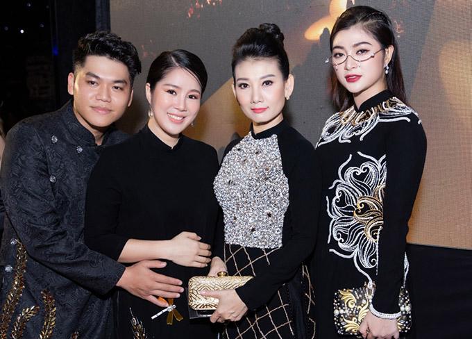 Vợ chồng Lê Phương gặp gỡ nghệ sĩ Mỹ Uyên (giữa) và đồng nghiệp Thanh Trúc (ngoài cùng bên phải).