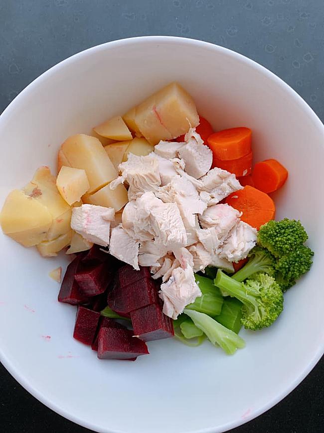 Bữa ăn hàng ngày của Anh Thư luôn có nhiều loại rau củ và protein từ thịt nạc hoặc cá.