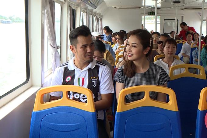 Thanh Bình và Jennifer Phạm trải nghiệm buýt sông ở bến Bạch Đằng.