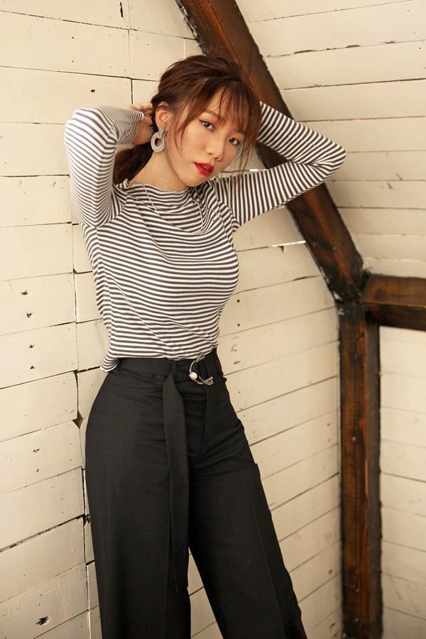 Cô ưu tiên lựa chọn trang phục đơn giản như áo phông dài tay, quần tây đen cạp cao giúp tôn dáng.