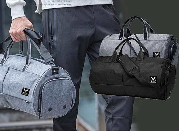 Sử dụng chất liệu vải dù chắc chắc, túi xách du lịch LAZA TX389 dễ xếp  gọn lại mà không lo mất phom dáng. Túi màu xám đậm  hoặc đen dài 48cm, có thể chứa được khoảng 15 bộ quần áo cùng nhiều vật  dụng khác nhau. Giá 149.000 đồng.