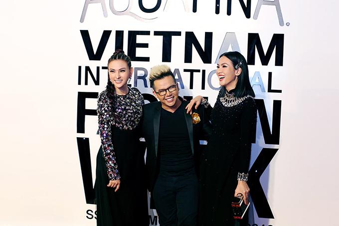 Hai người đẹp ăn mặc ton-sur-ton đến chúc mừng nhà thiết kế áo dài Minh Châu (đứng giữa) trình làng bộ sưu tập mới nhất.