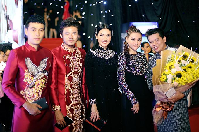 Đến tham dự chương trình thời trang quy tụ nhiều nhà mốt chuyên về trang phục truyền thống, vì thế các nghệ sĩ Việt đã thể hiện tinh thần ủng hộ bằng việc diện áo dài dạ tiệc. Anh Thư và ca sĩ Thu Thuỷ (đứng giữa) thể hiện sự sang trọng với áo dài đính pha lê công phu.
