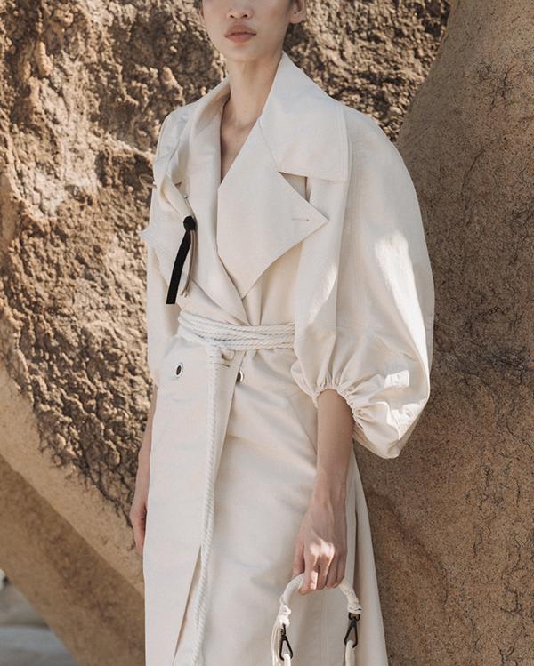 Dây thừng, đinh tán được bố trí và xử lý một cách khéo léo để nêu bật chủ đề của bộ sưu tập mà không đánh mất nét thanh lịch của trang phục.