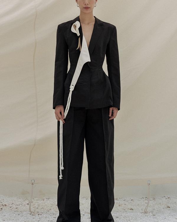 Cùng với các kiểu váy mang đến sự tự do, khoáng đạt là các mẫu blazer, suit biến tấu đầy ấn tượng.