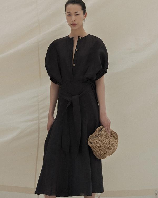 Kết hợp cùng váy mùa hè là phụ kiện hợp trend thiết kế trên chất liệu thân thiện với môi trường.