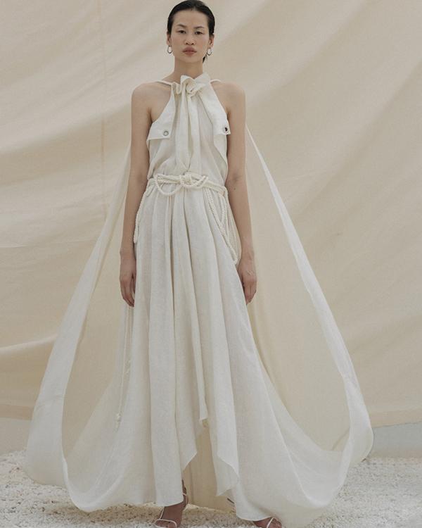 Trung thành với vải đơn sắc nhưng các thiết kế của Lâm Gia Khang luôn có sự mới mẻ bởi sự sáng tạo về phom dáng mới lạ.