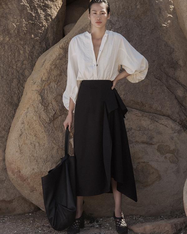 Vải linen mềm mại, nâng niu từng chuyển động của người mặc được nhà mốt Việt khai thác một cách triệt để trong các thiết kế mới của anh.