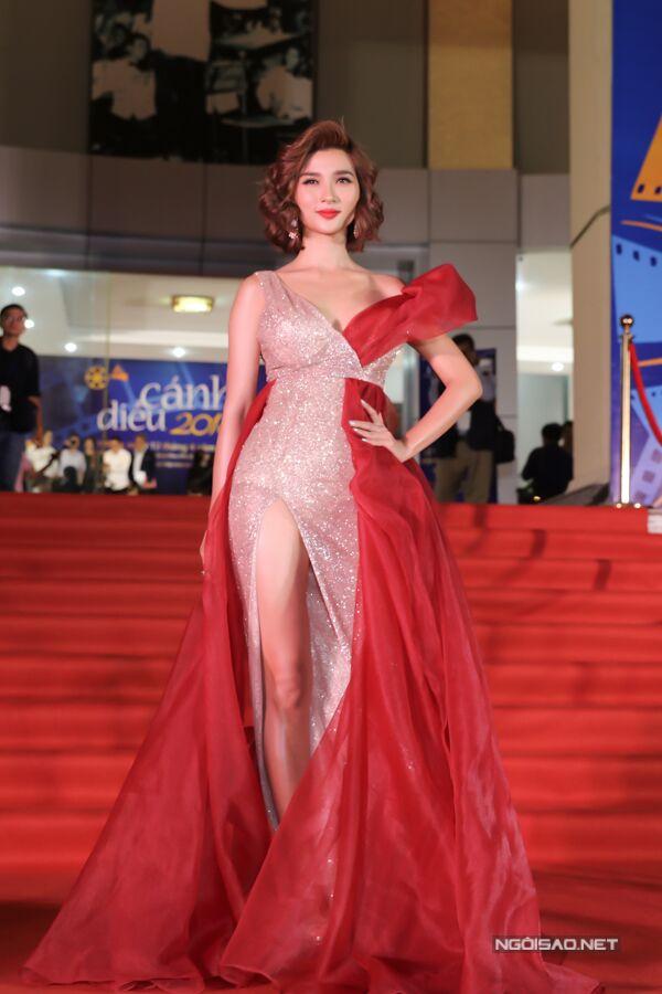 Kim Tuyến là một trong những diễn viên có mặt sớm nhất tại lễ trao giải. Người đẹp diện đầm lấp lánh và xẻ cao.