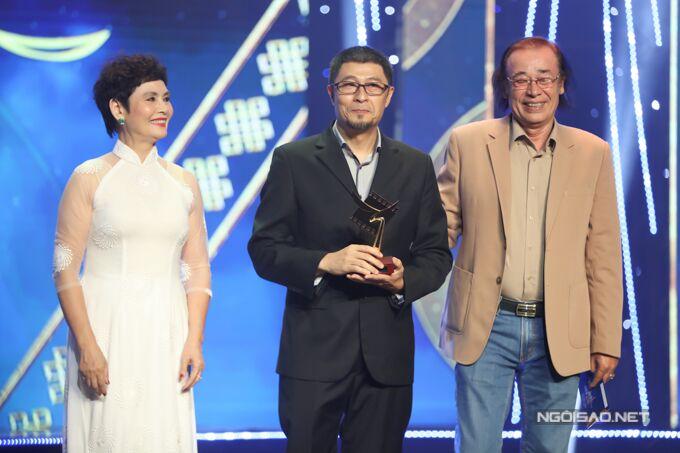 Đạo diễn Charlie Nguyễn (giữa) được vinh danh Đạo diễn điện ảnh xuất sắc.