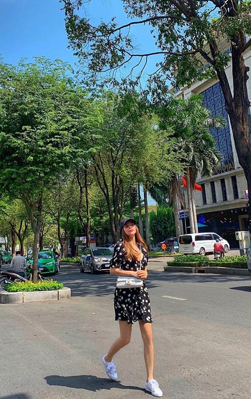 Hồ Ngọc Hà vừa dạo phố vừa nhẩm lời bài hát:
