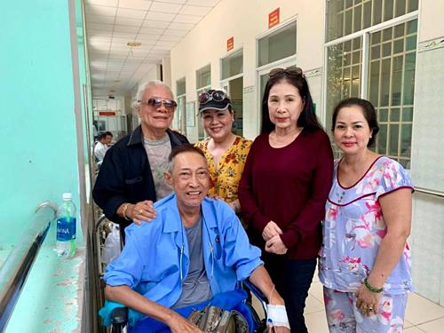Nghệ sĩ Lê Bình (áo xanh)chụp ảnh cùng mọi người đến thăm.