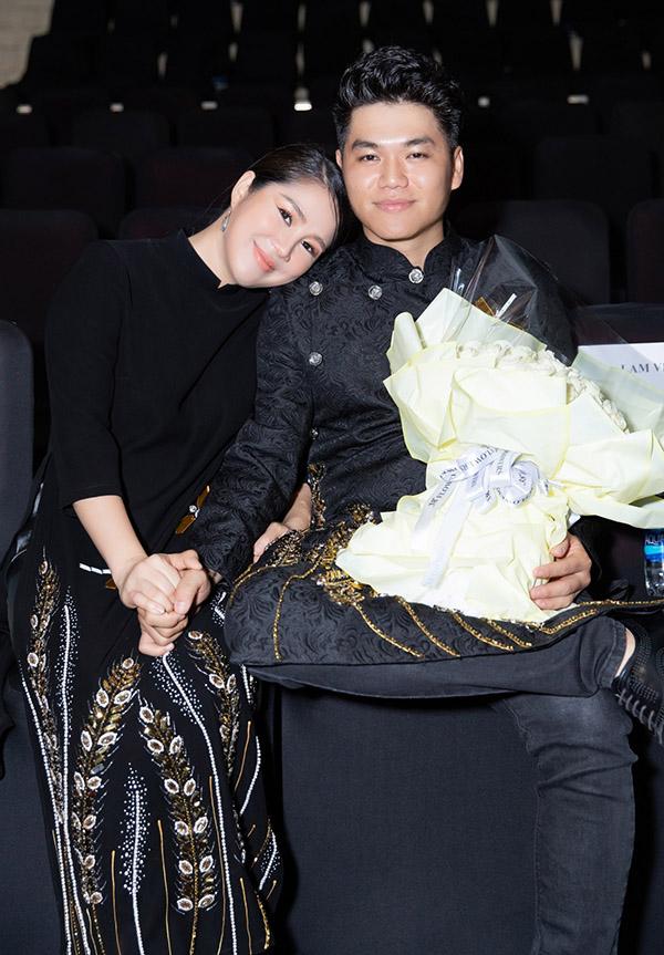 Được xếp ngồi hàng ghế đầu theo dõi show diễn, vợ chồng Lê Phương tình tứ nắm chặt tay nhau.